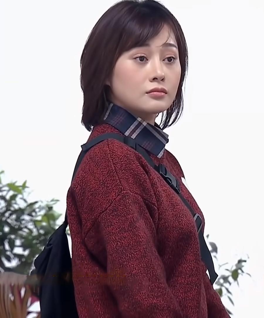 Phương Oanh mặc áo len màu bã trầu kết hợp áo sơ mi kẻ bên trong. Thời gian đầu phim lên sóng, diễn viên bị ảnh hưởng tâm lý khi  vai diễn mới bị chỉ trích. Nhiều ý kiến cho rằng cô bị gồng, cưa sừng làm nghé để đóng Phương Nam.