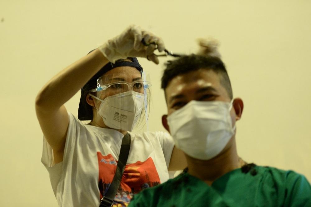 Phương Thanh cho biết  nhiều y bác sĩ, dân quân ở Bệnh viện dã chiến thu dung số 2 hào hứng khi được ca sĩ cắt tóc. Ảnh: Neih Nguyen, Michael Neo.
