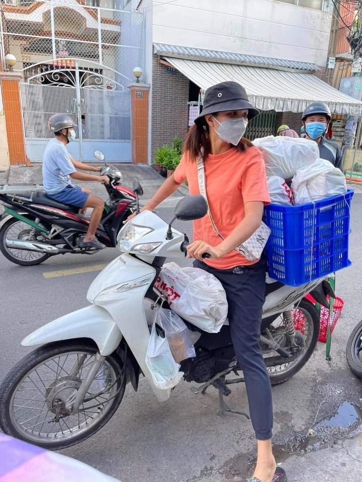 Để tiện di chuyển giữa các con hẻm, người đẹp chạy xe máy để chở hàng tiếp tế.