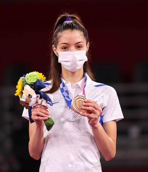 Cô giành huy chương đồng tại Olympic năm nay, ở hạng cân dưới 49 kg.