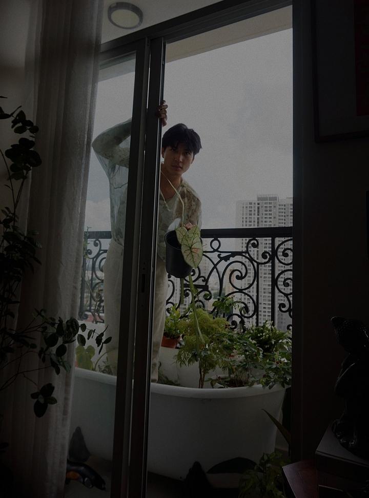 Người mẫu Quang Đại truyền cảm hứng về sự bình yên qua bộ ảnh anh chụp tại nhà. Anh cho biết mỗi ngày đều làm những công việc quen thuộc như đọc sách, chơi với mèo, pha cà phê, vẽ tranh, chăm sóc cây cảnh...  Nhà người mẫu được sắp xếp gọn gàng với nhiều mảng xanh, vì vậy có thể lên hình đẹp ở mọi góc.