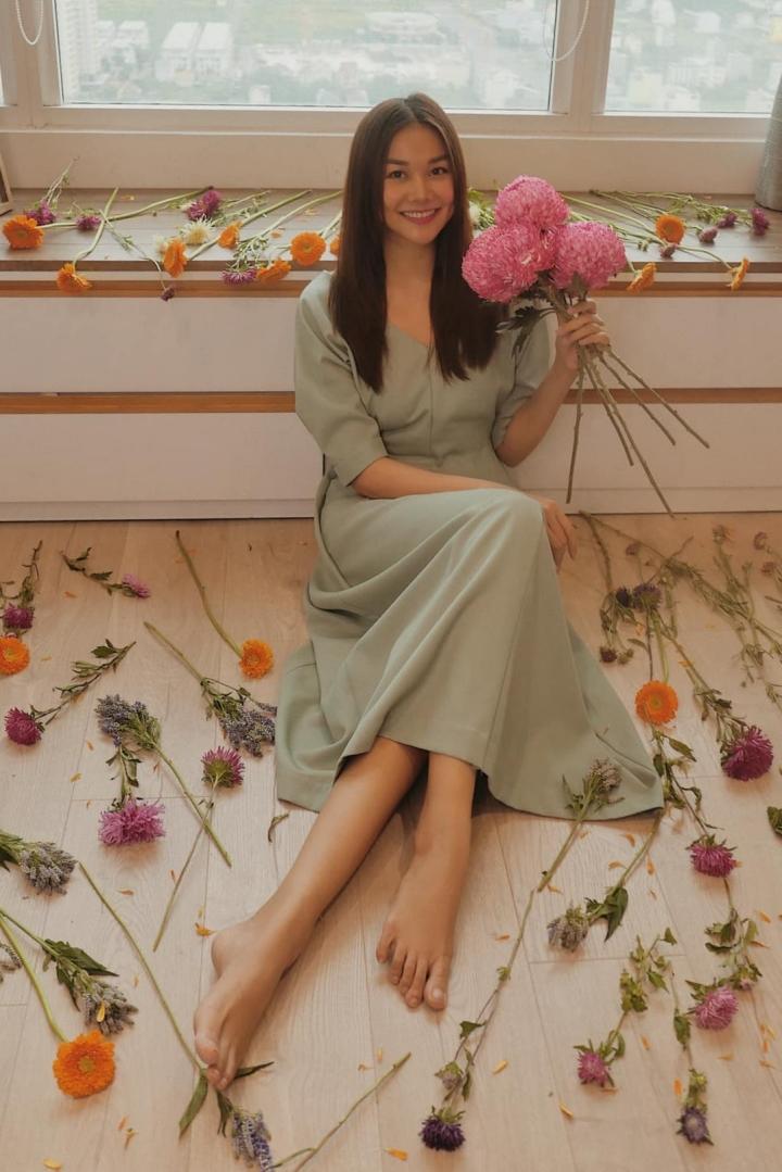 Thanh Hằng mua nhiều hoa tươi để trang trí cho những bức ảnh ngẫu hứng của mình. Cô muốn mình luôn tươi tắn và nhiều năng lượng để truyền cảm hứng cho người hâm mộ.