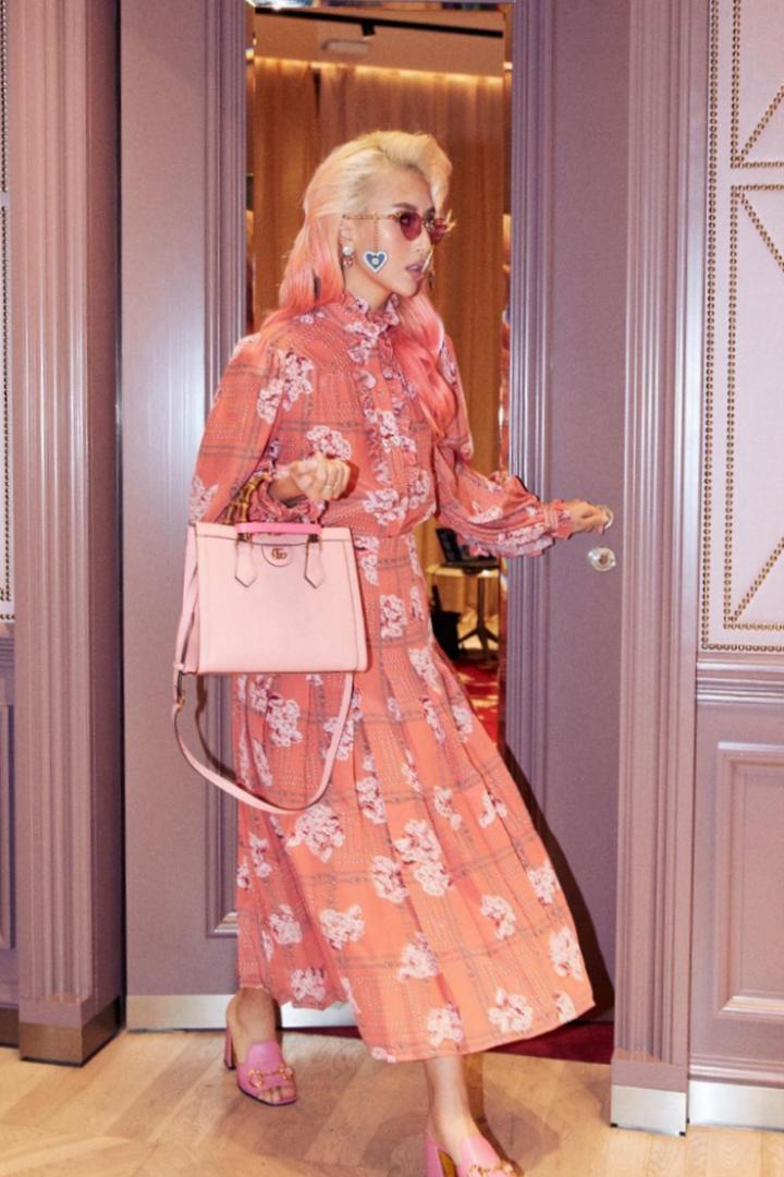 Quỳnh Anh Shyn catwalk vòng quanh nhà với trang phục trong bộ sưu tập mới của Gucci.