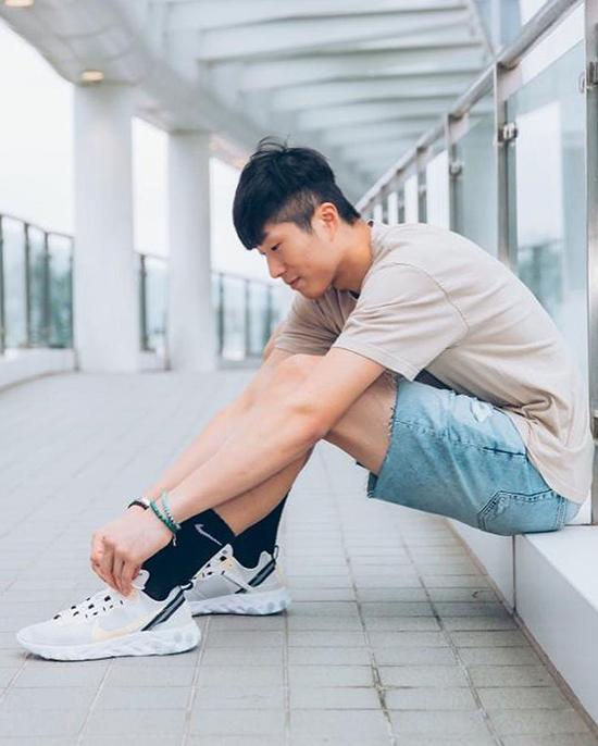 Trên trang cá nhân, anh cho biết nghiện giày thể thao, háo hức mỗi khi thương hiệu yêu thích ra mẫu mới.