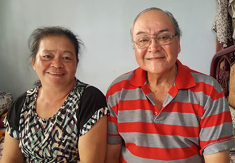 Nghệ sĩ Ưu tú Hùng Minh (phải) bên vợ - nghệ sĩ Hoa Lan - tại căn nhà thuê ở Gò Vấp. Ảnh: Nhân vật cung cấp.