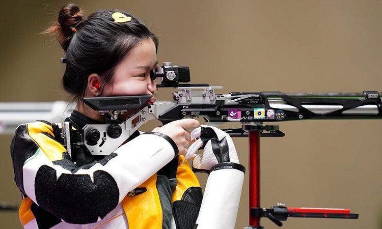 Yang Qian dùng kẹp tóc vịt vàng, dây buộc cà rốt, thi nội dung 10 mét súng trường hơi tại Olympic. Ảnh: Xinhua