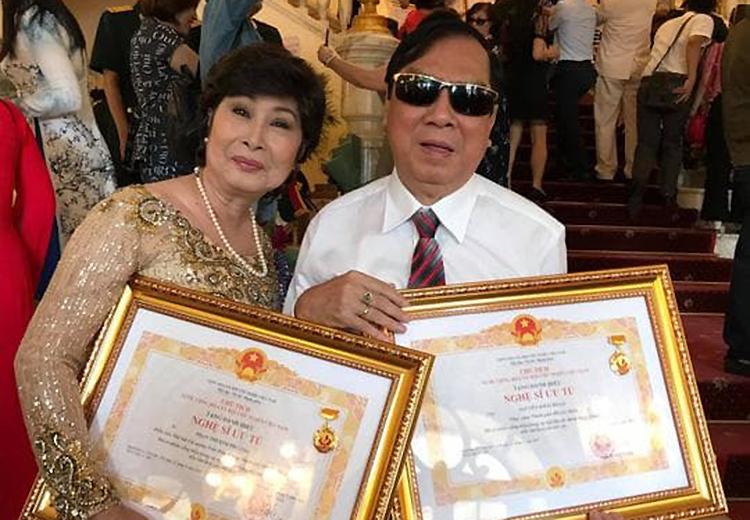 Nghệ sĩ Khải Hoàn (phải) bên nghệ sĩ Kim Phương trong đợt trao danh hiệu Nghệ sĩ Ưu tú năm 2019 ở Hà Nội. Ảnh: Thanh Hiệp.