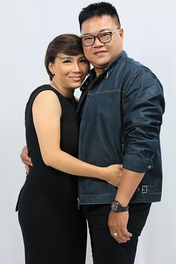 Ca sĩ Phi Hải bên vợ - ca sĩ Hương Giang. Ảnh: VTV.