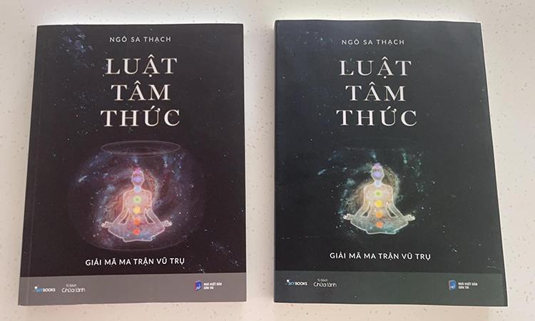 Minh Triệu chụp hình so sánh cuốn sách giả (bên phải) và sách thật. Ảnh: Nhân vật cung cấp.