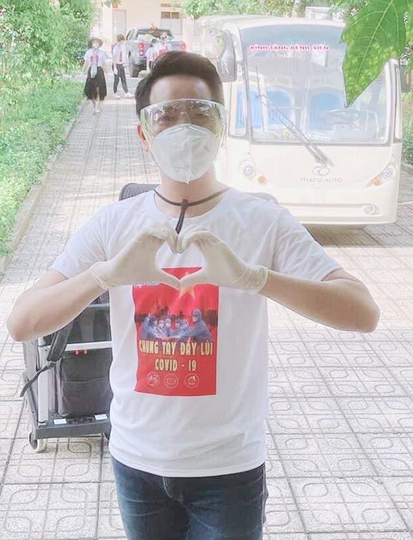 Ca sĩ Nguyễn Phi Hùng tham gia làm tình nguyện viên chống dịch trong hai tháng qua. Ảnh: Nhân vật cung cấp.