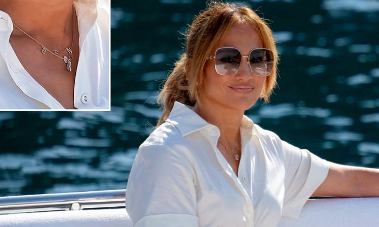 Jennifer Lopez đeo vòng cổ có tên bạn trai. Ảnh: Mega.