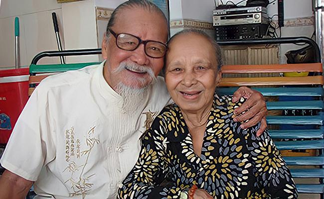 Nghệ sĩ Hữu Thành (1933-2021) bên vợ - nghệ sĩ Phan Thị Bình. Ảnh: Minh Nga.