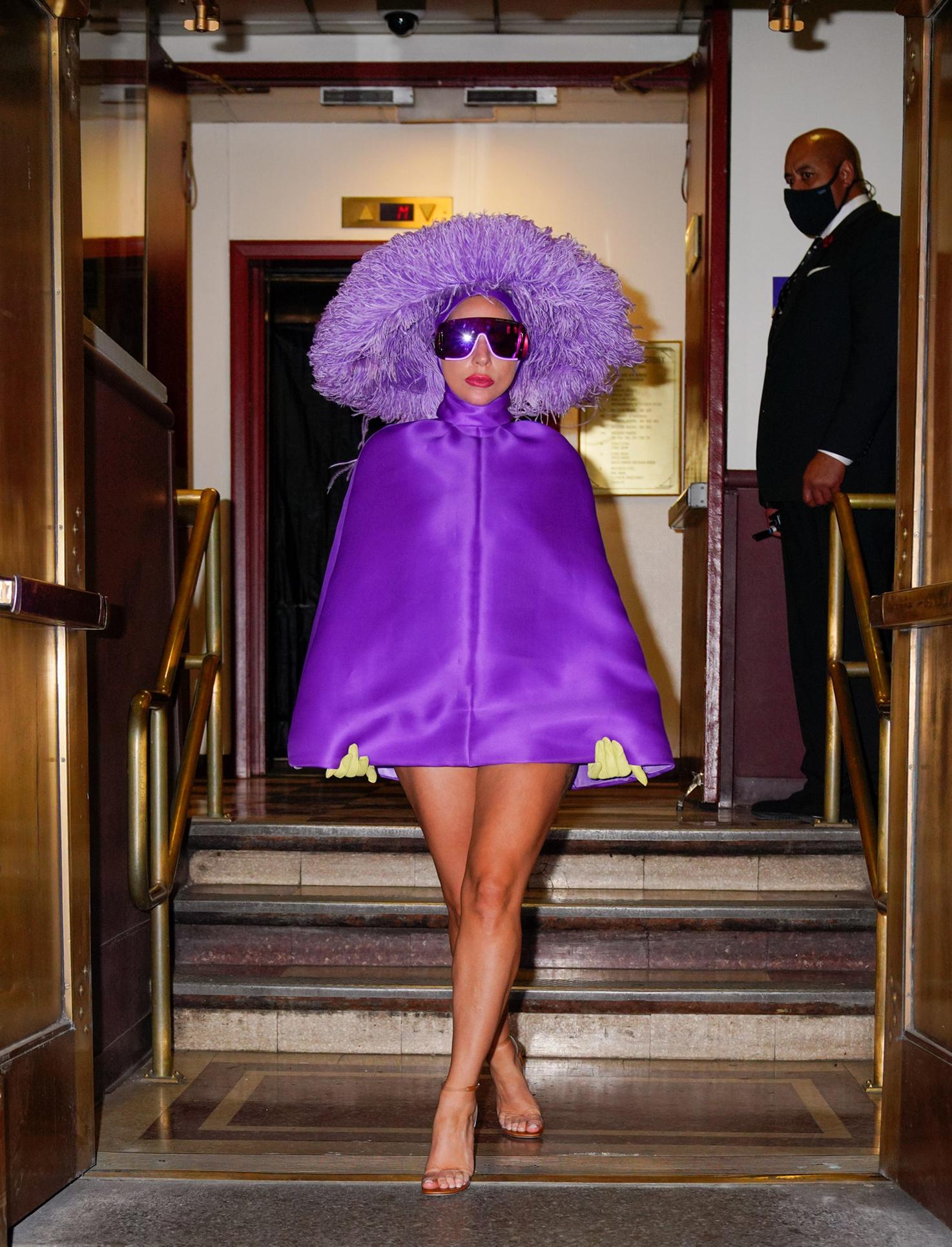 Lady Gaga bước xuống bậc thềm khách sạn.