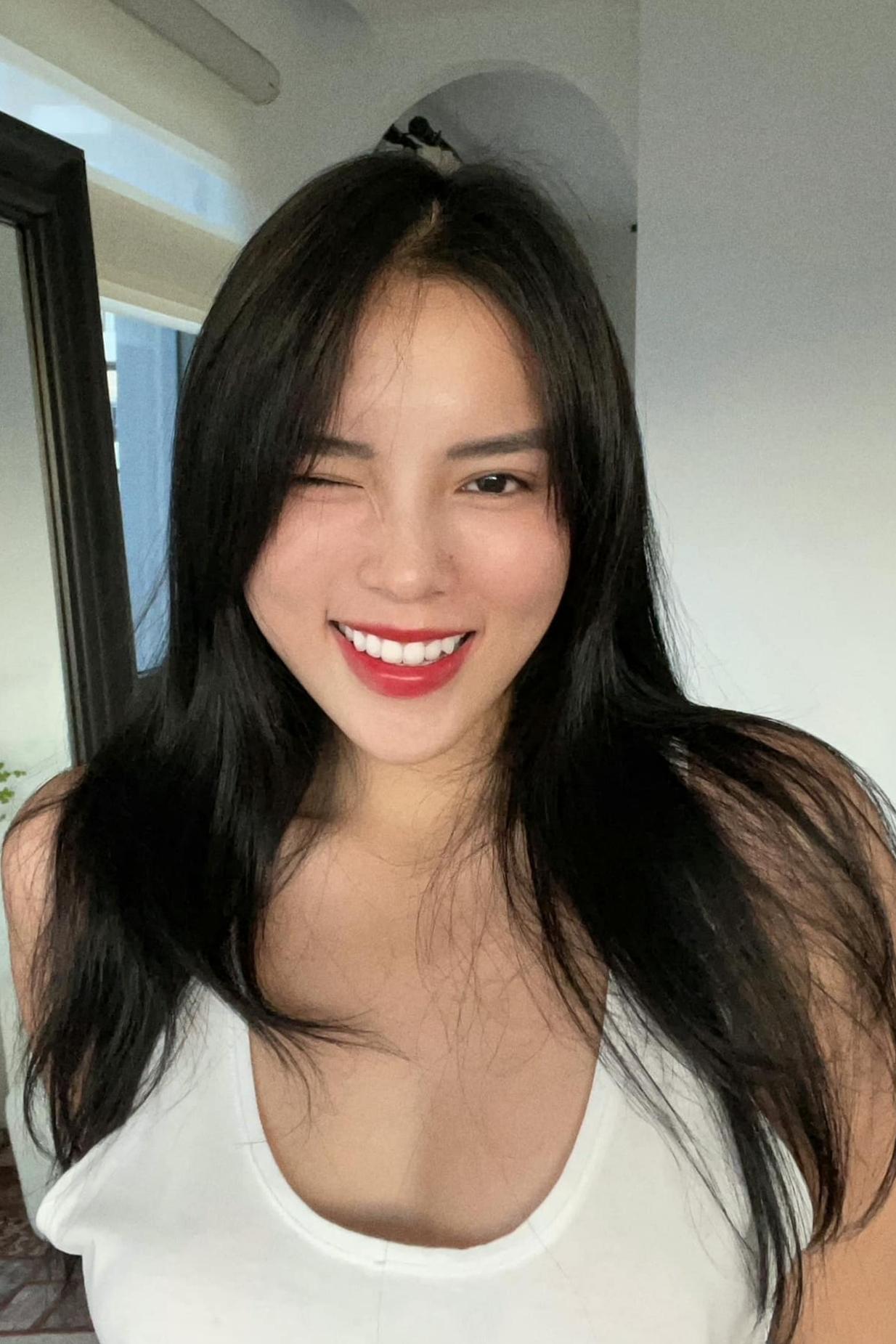 Kỳ Duyên nhờ Minh Triệu cắt tóc giúp mình khi phần mái đã dài quá mắt. Cô nhận xét bạn thân cắt tóc đẹp, chuyên nghiệp.