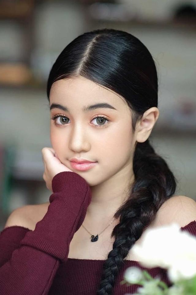 Công chúa có nét đẹp lai với đôi mắt to tròn, mũi cao, mặt chữ V.