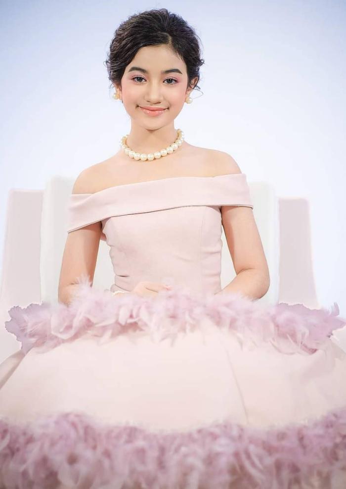Bộ vòng cổ và hoa tai ngọc trai giúp tôn thêm vẻ sang trọng cho tiểu công chúa.