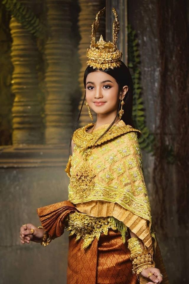 Norodom Jenna sinh năm 2011, bố là người Pháp, mẹ là công chúa Norodom Bupphary, con gái của Hoàng tử Norodom Chakrapong, cụ cố là cố Quốc vương Norodom Sihanouk. Sau bốn năm sinh sống ở Paris - quê hương của bố, cô công chúa nhỏ theo gia đình chuyển đến Campuchia năm 2015. Jenna có thể nói được năm thứ tiếng gồm Khmer, Anh, Pháp, Trung Quốc, Thái Lan. Trang Instagram của tiểu công chúa thu hút hơn 500.000 lượt theo dõi. Cô bé vào showbiz từ năm 2018, đam mê ca hát, biểu diễn.
