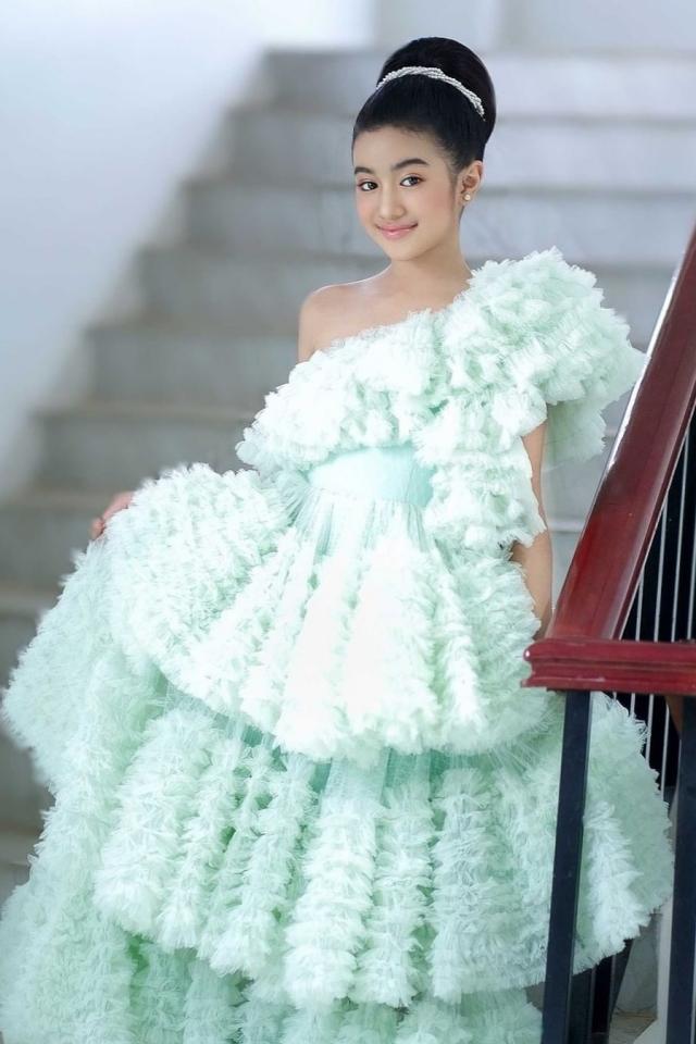 Cô trông chững chạc hơn tuổi khi xuất hiện trong những bộ váy bồng xòe lộng lẫy hay kiểu tóc bới cao.
