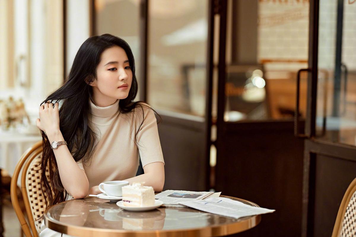 Hôm 2/8, người đẹp được hàng trăm nghìn fan khen ngợi với bộ ảnh thực hiện ở quán cà phê. Cô tạo phong cách thanh lịch và tối giản khi diện áo cổ lọ đơn sắc.