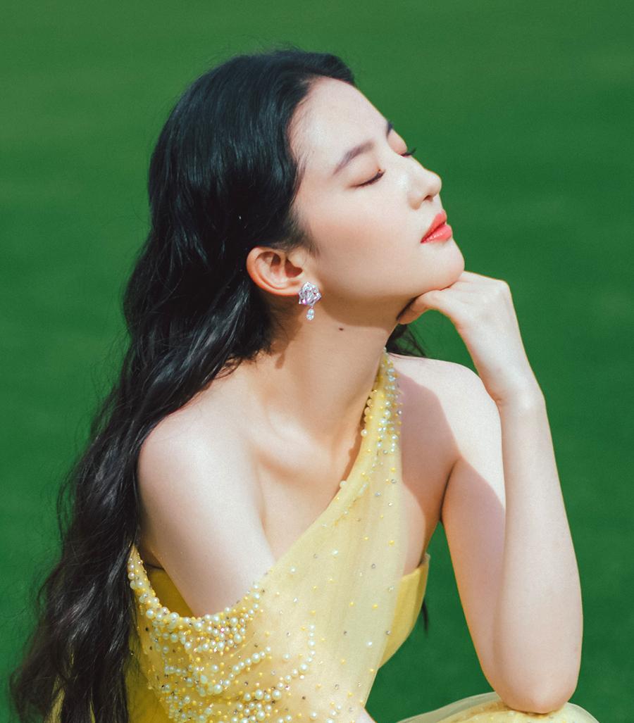 Người đẹp phối nữ trang đính kim cương hình hoa, hoàn thiện phong cách ngọt ngào, nữ tính.