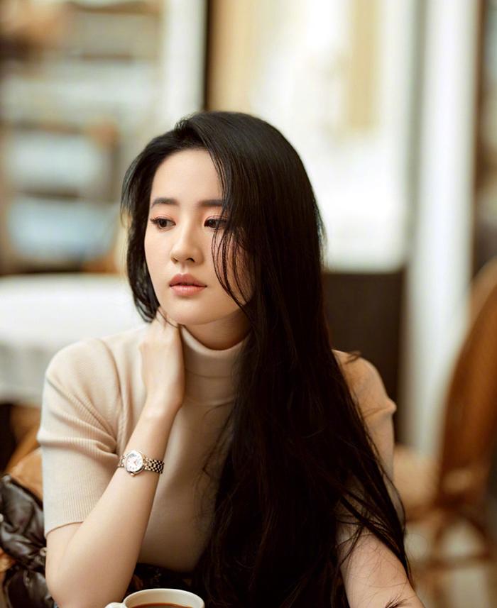 Người đẹp để tóc xõa tự nhiên, trang điểm tông nude. Trang 163 nhận xét Diệc Phi phảng phất vẻ đẹp của các minh tinh Hong Kong thập niên 1980-1990.