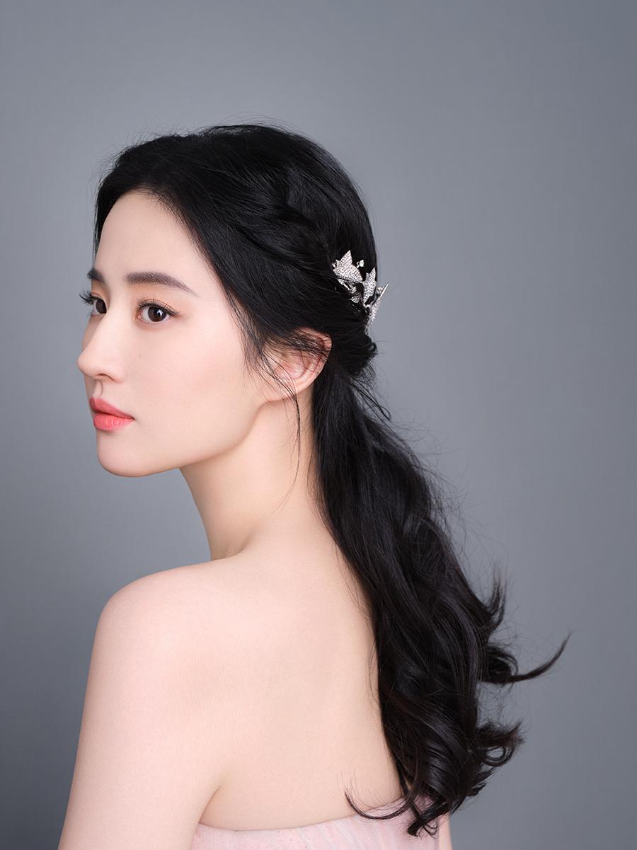 Cô tạo phong cách cổ điển, sang trọng khi diện váy quây kết hợp vòng cài đầu hình cánh hoa.
