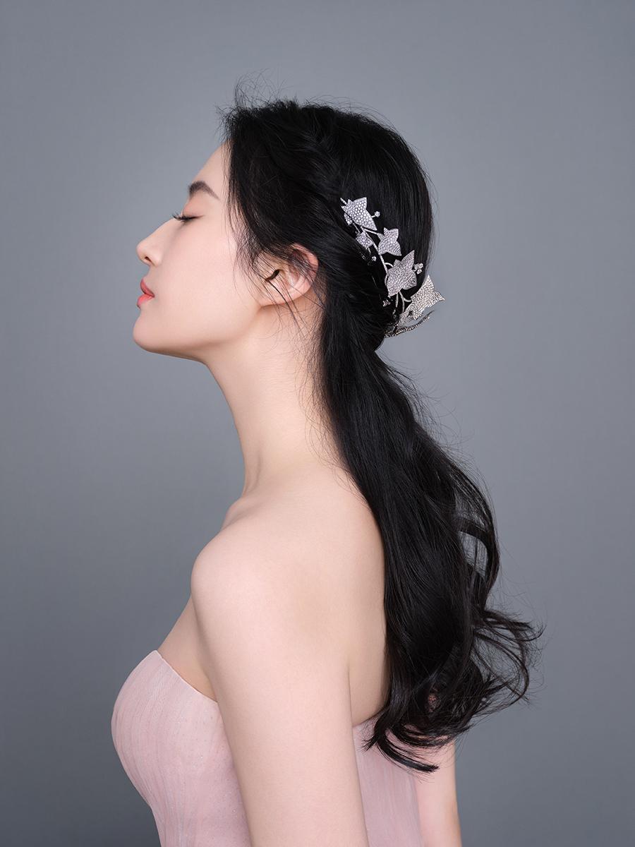 Lưu Diệc Phi chuộng kiểu <a href='https://www.thegioitoc.top' target='_blank'>tóc</a> uốn, để xõa hoặc đánh rối nhẹ.
