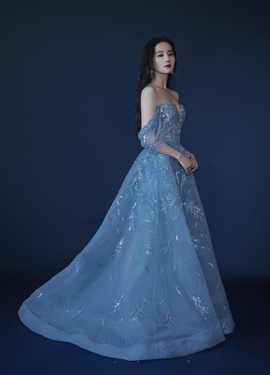 Năm nay, Lưu Diệc Phi bận rộn với nhiều dự án phim ảnh, quảng cáo. Khi dự sự kiện, cô thường mặc váy dạ hội trễ vai, đầm quây ngực.