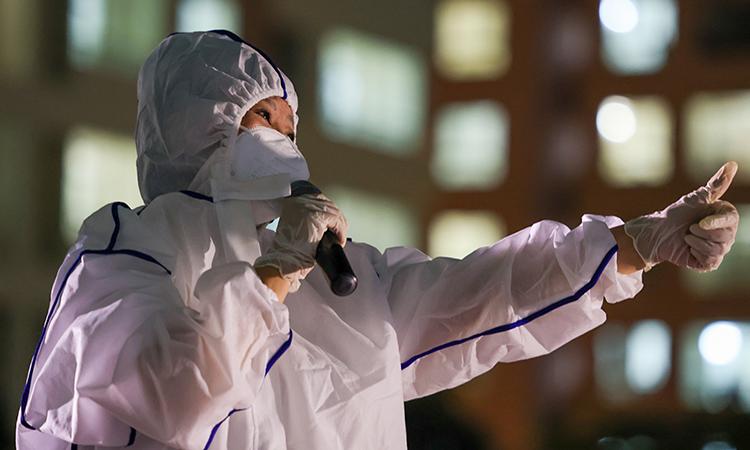 Ca sĩ Cẩm Vân biểu diễn tại bệnh viện dã chiến số 11 (thành phố Thủ Đức), tối 3/8. Ảnh: Ngô Trần Hải An.