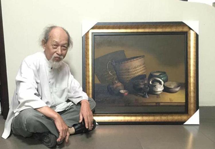Họa sĩ Đỗ  Quang Em bên một tác phẩm tĩnh vật. Ảnhh: Văn  Bảyy.