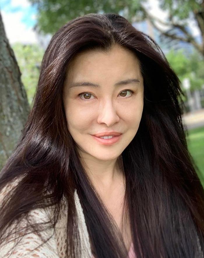 Ngày 4/8, trang HK01 đăng loạt ảnh gần đây của Vương Tổ Hiền, nhận xét dù gương mặt in dấu thời gian, cô thu hút ở mái tóc dài mượt, nước da mịn.