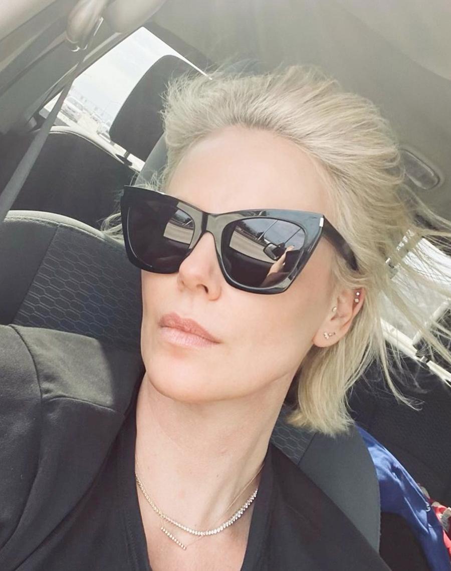 Cô đeo kính râm, tóc chải ngược trong chuyến đi phượt tới Los Alamos, Mexico cùng bạn bè hồi tháng 7. Ảnh: Instagram Charlizeafrica.
