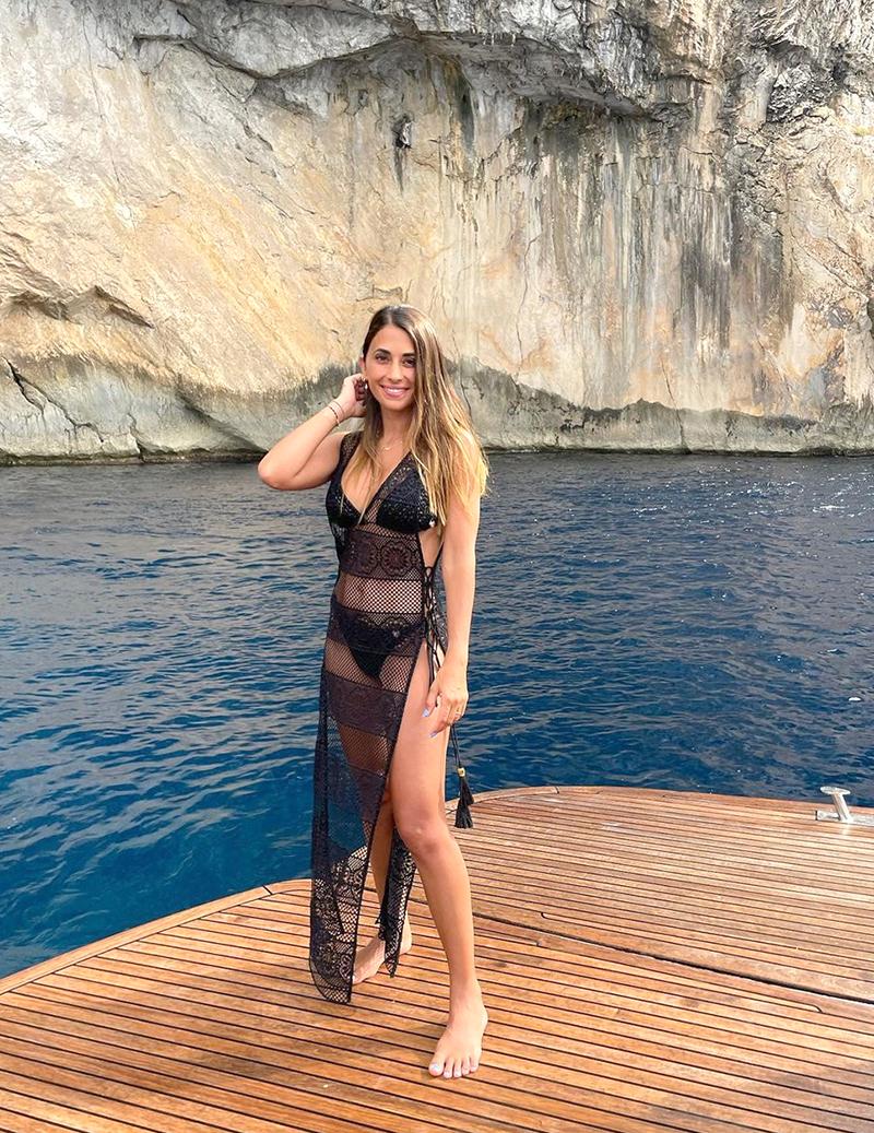Hôm 4/8, cô đăng bức ảnh tạo dáng ở đảo Ibiza, Tây Ban Nha, thu hút 2,2 triệu like. Cô nhận nhiều lời khen quyến rũ khi phối bộ đồ lưới cùng bikini.