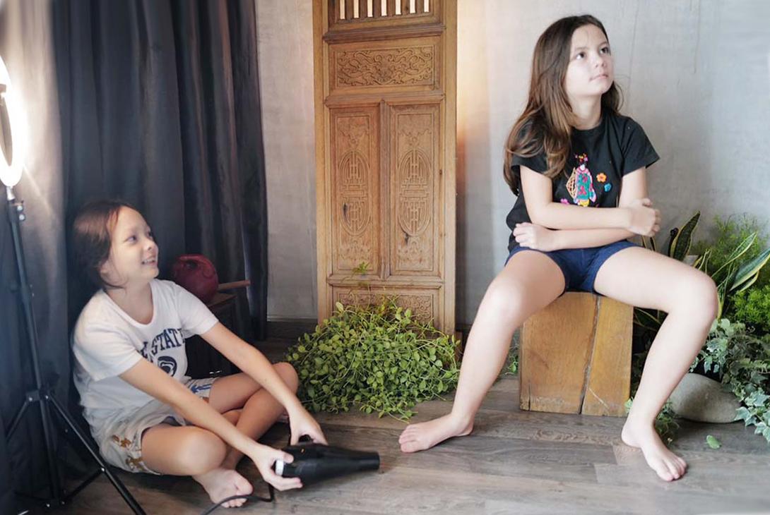 Hai con giúp Hồng Nhung quay MV ở nhà