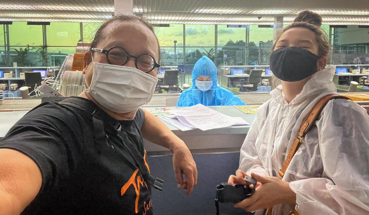Trần Mạnh Tuấn tiễn con gái An Trần qua Mỹ ở sân bay Tân Sơn Nhất TP HCM, sáng sớm ngày 2/8. Ảnh: Nhân vật cung cấp.