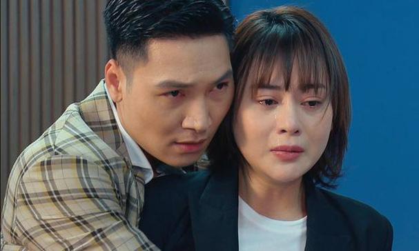 Mạnh Trường (trái, đóng vai Long) và Phương Oanh (đóng vai Nam) trong phim. Ảnh: VFC.