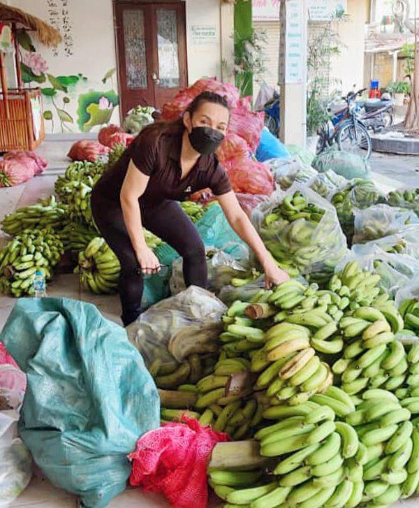 Phi Nhung gom lương thực thực phẩm giúp bà con khó khăn thời dịch hồi giữa tháng 7.