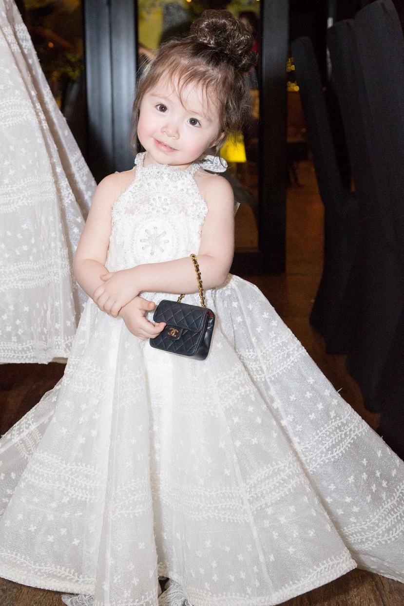 Mỗi lần xuất hiện cùng mẹ, bé Cadie Mộc Trà nhà Elly Trần thường mang theo những chiếc túi thương hiệu Chanel, Dior... đắt tiền. Ngoài những mẫu túi mini từng được Cadie sử dụng khi đi sự kiện, Elly Trần còn chi khoảng 100 triệu sắm túi Lady Dior mini cho con gái. Người đẹp gọi con gái là phiên bản thu nhỏ của mình và không tiếc tiền chăm chút cho vẻ ngoài của con.