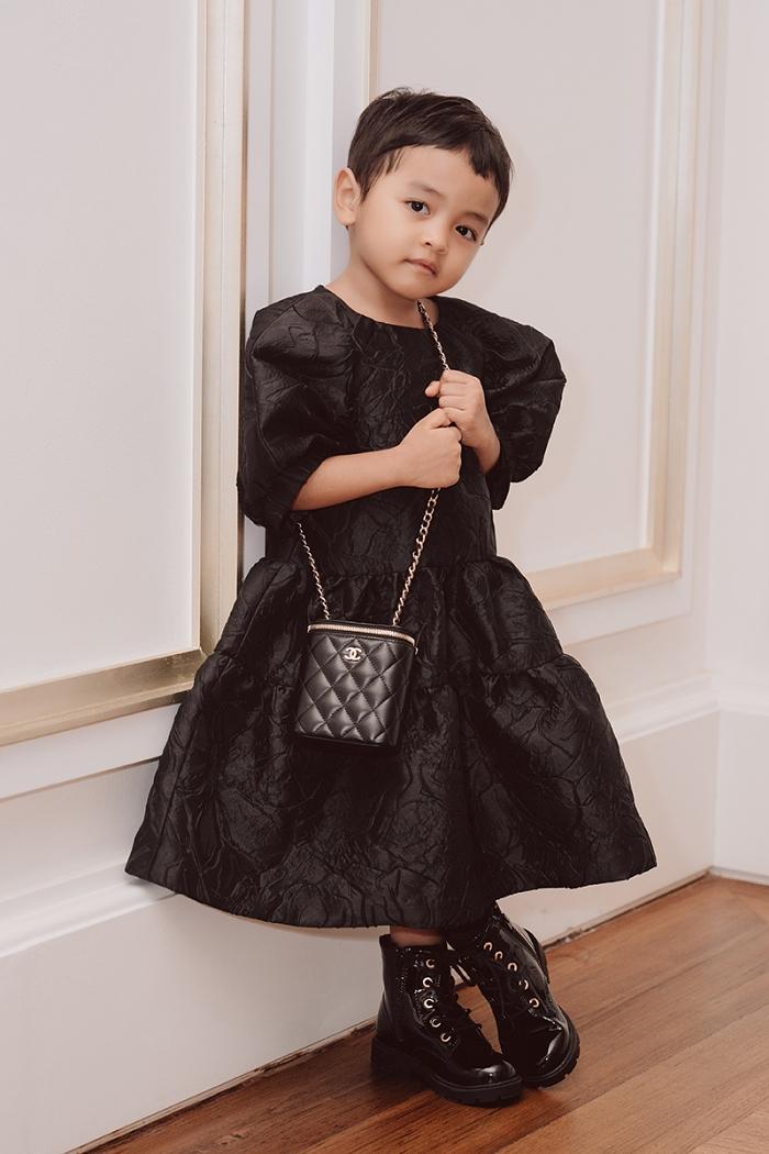 Mong muốn truyền cho con tình yêu thời trang từ bé, NTK Đỗ Mạnh Cường thường  sắm cho các con những phụ kiện của các thương hiệu lừng danh thế giới như: Dior, Chanel, Jacquemus, Furla...có giá vài chục đến hàng trăm triệu đồng. Chiếc túi rẻ nhất trong bộ sưu tập của các công chúa nhà Đỗ Mạnh Cường cũng có giá khoảng 100 USD. Anh thích quan niệm con gái cần được nuôi dạy trong sự giàu có để lớn lên không bị choáng ngợp, đánh mất bản thân trước hư vinh.