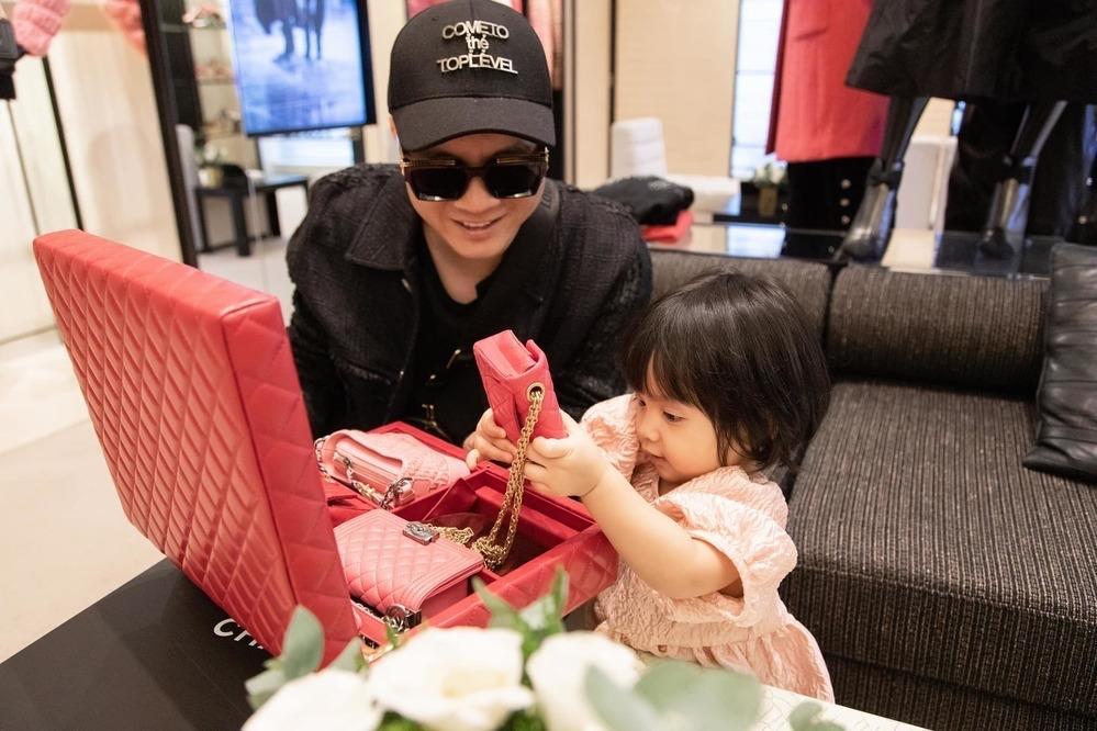 Đỗ Mạnh Cường là một trong những sao Việt đầu tiên sở hữu bộ túi này. Anh phải đặt trước vài tháng để tặng con gái nuôi MyMy. Giá niêm yết của nó là 28.000 USD (khoảng 650 triệu đồng).