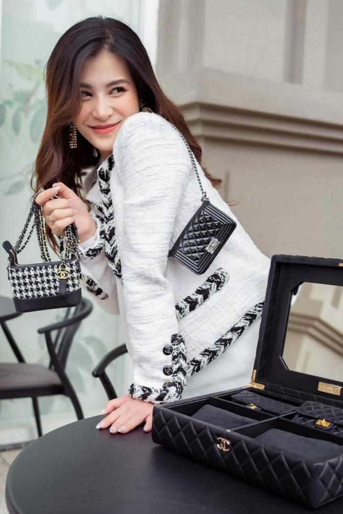 Đông Nhi - Ông Cao Thắng được cha mẹ sắm cho set túi Chanel mini 650 triệu