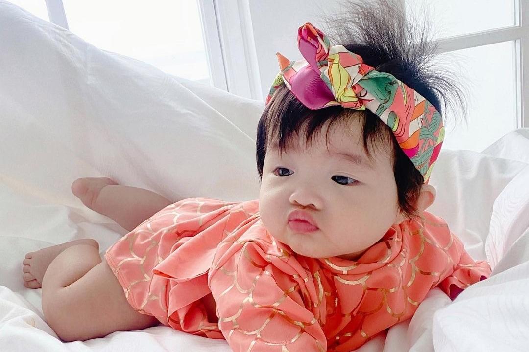 Cách đây không lâu, công chúa nhỏ còn xuất hiện với chiếc băng đô đến từ thương hiệu Hermes giá gần 7.000.000 đồng.