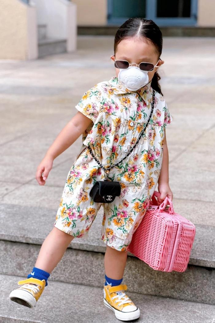 Con gái Trà Ngọc Hằng được mẹ định hướng phong cách thời trang từ khi còn nhỏ. Không chỉ có gout ăn mặc cá tính, bé Sophia còn sở hữu nhiều món đồ thời trang đắt tiền từ các thương hiệu Chanel, LV, Gucci...