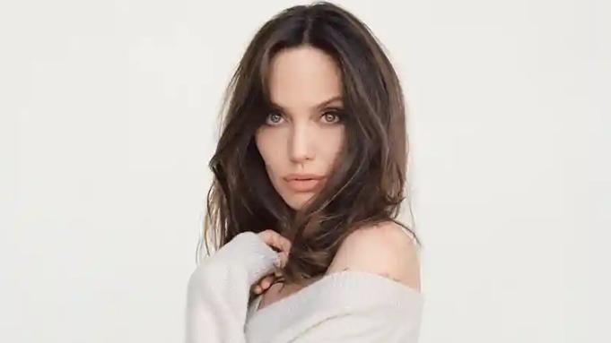 Angelina Jolie chụp ảnh tạp chí. Ảnh: Guardian