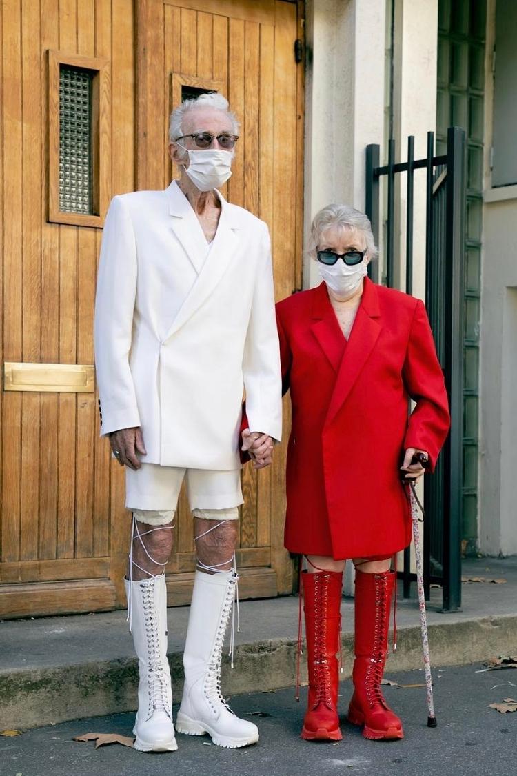 Cặp đôi U90 thời thượng không kém các người mẫu trẻ khi diện blazer oversize cùng bốt da high-knee đan dây cùng màu. Mẫu bốt da cá tính này là phụ kiện chủ đạo trong BST Xuân Hè 2021 Renewal của EgonLab.