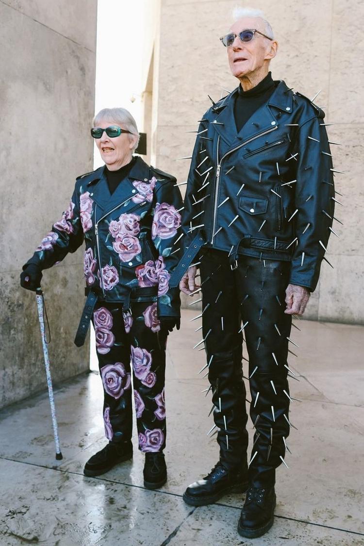 Marie và René cá tính khi diện full set gồm áo biker jacket và quần da ống suông. Tuy hai set đồ có cùng form dáng nhưng việc kết hợp hoạ tiết hoa hồng - gai kim loại đã mang đến sự tương phản thú vị. Cả hai set đồ đều đến từ BST EgonLab Thu Đông 2020-New Oder.