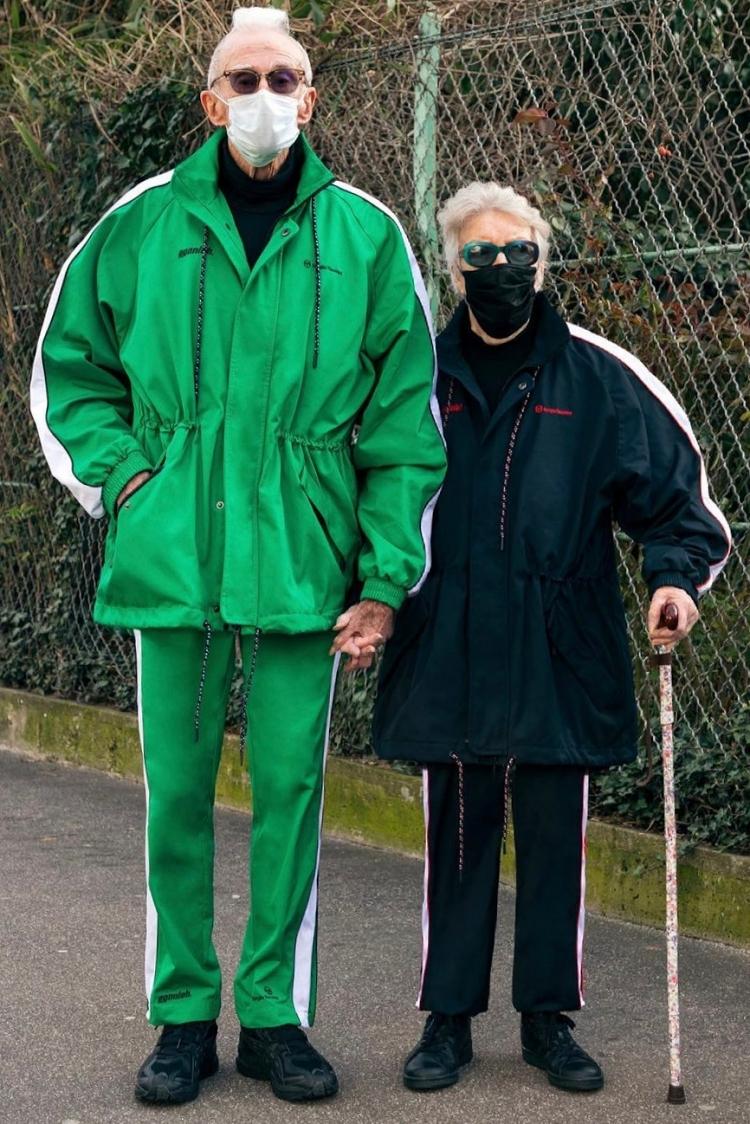 Khi diện trang phục thường ngày, hai ông bà vẫn rất thời trang với một thiết kế hợp tác giữa EgonLab và thương hiệu đồ thể thao Sergio Tacchini. Phom dáng thoải mái và chất liệu đặc trưng của đồ thể thao được kết hợp thêm các chi tiết nhấn nhá, phối màu mang dấu ấn EgonLab.