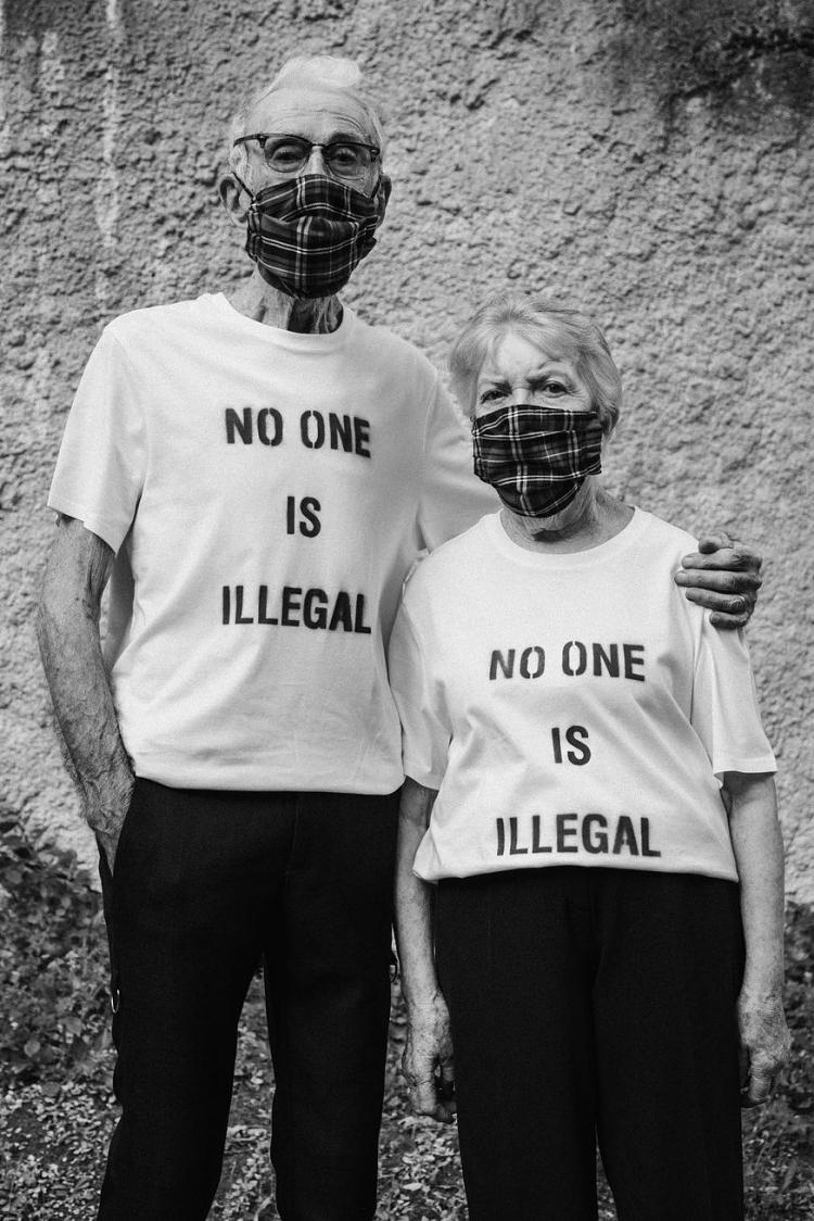 Marie và René mặc áo thun trắng in dòng chữ No one is eillegal (Không ai là bất hợp pháp) để cổ vũ tinh thần bình đẳng, chống phân biệt chủng tộc. Hình ảnh này của ông bà được đăng trên trang instagram của EgonLab nhằm kêu gọi sự ủng hộ cho phong trào Black Lives Matter.