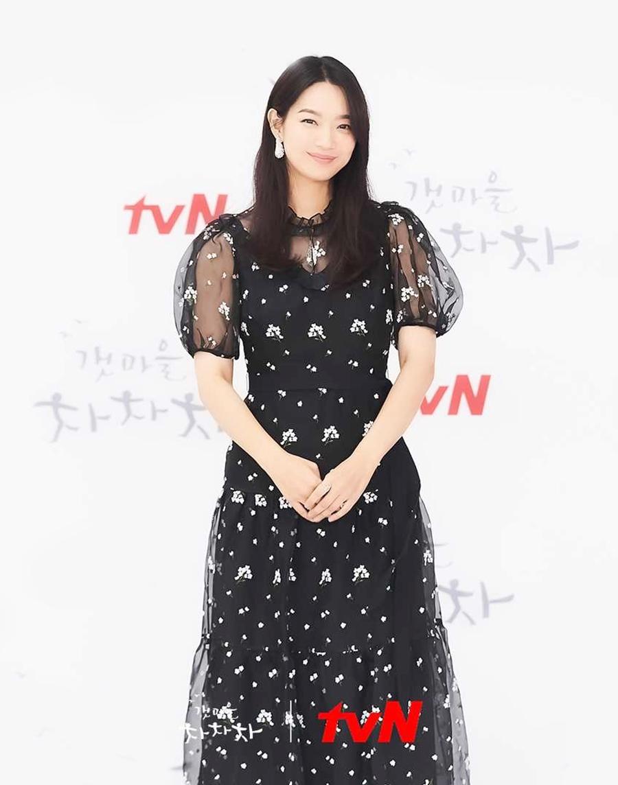 Trong buổi họp báo ra mắt phim, cô chọn váy đen với điểm nhấn là organza thêu trắng của thương hiệu Erdem giá 2,995 bảng Anh (hơn 94 triệu đồng). Ảnh: tvN