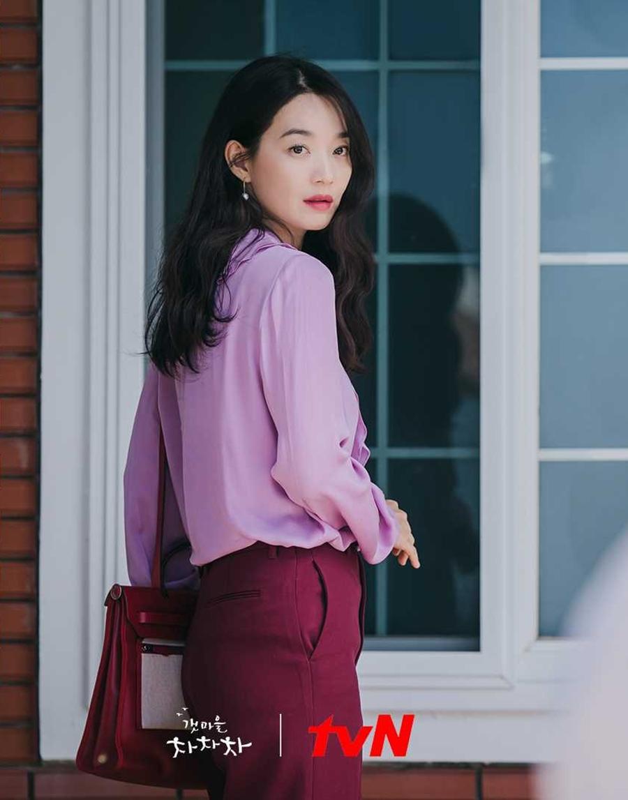 Ở tập 3, diễn viên mặc trang phục của nhà mốt Gucci gồm: áo sơ mi lụa giá 1.300 USD (hơn 29 triệu đồng), quần len màu đỏ đậm giá 1.100 USD (25 triệu đồng) trong phân cảnh nhân vật từ làng chài lên Seoul dự tiệc với bạn bè.